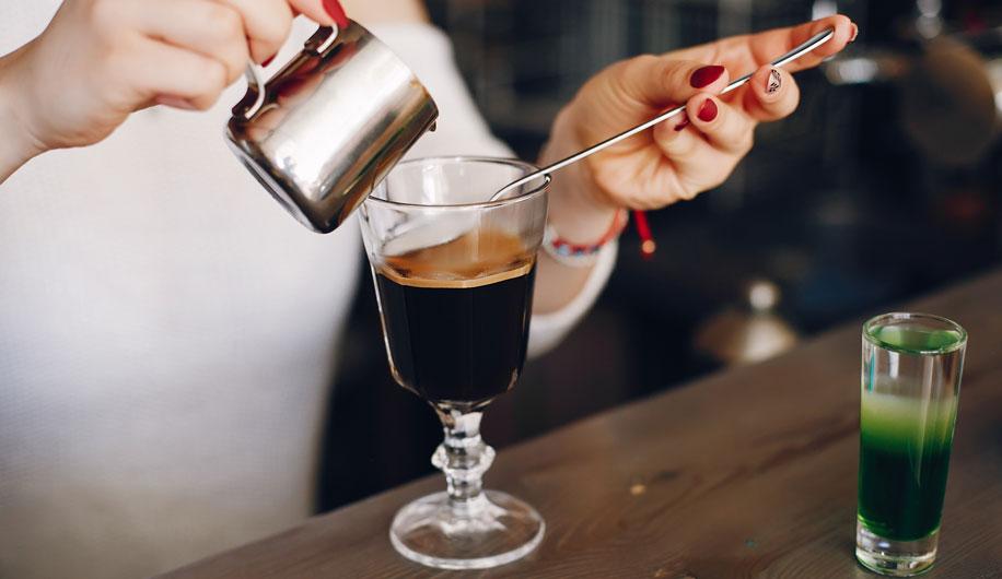 mujer-preparando-cafe-irlandes