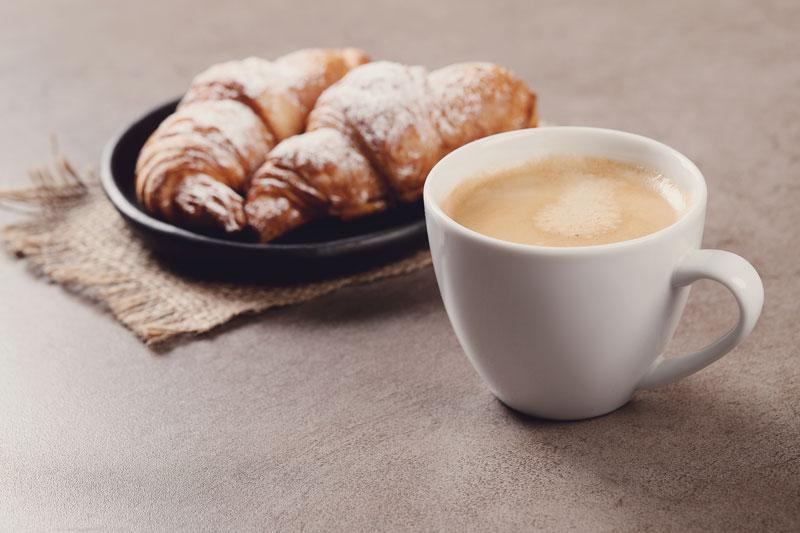 cafe-acompañado-de-un-dulce
