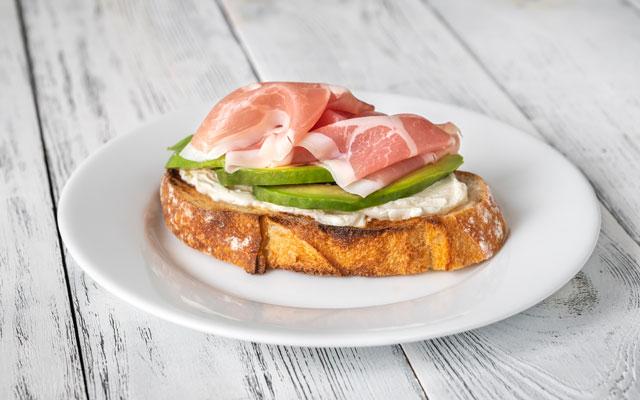 sandwich-con-jamon-y-aguacate