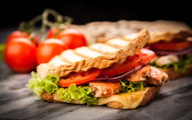 sandwich-de-pollo-queso-y-ensalada