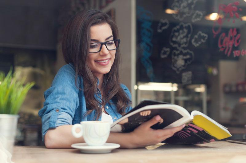 mujer-leyendo-con-un-cafe