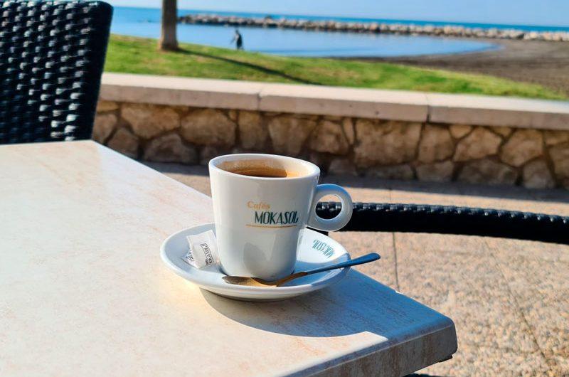 un-cafe-con-taza-mokasol-en-pedregalejo-malaga